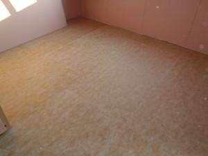 2F床には音に配慮し遮音材を敷き込んでます