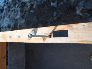 この季節なので柱ホゾ穴には雨水が溜らないようにテープ処理、そしてアンカーの箇所にはウレタン処理で熱橋に配慮